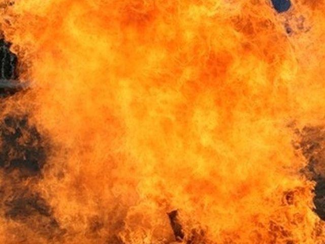 Buzau: Mai multe explozii au avut loc, dupa ce un tir incarcat cu butelii a luat foc pe DN 2