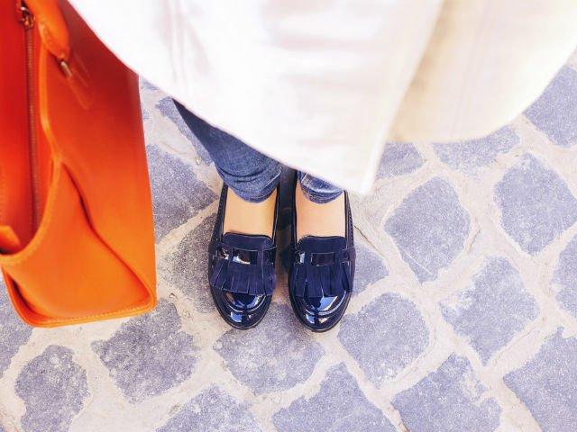 Doamna cu pantofi albastri. Povestea din sala de judecata care a cucerit toata Romania