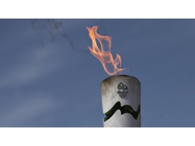 Flacara olimpica a fost stinsa de protestatarii din Rio