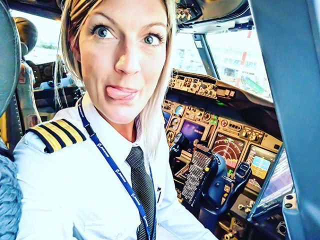 [FOTO] Femeia pilot care a cucerit Internetul. Uite ce fotografii posteaza din cabina avionului