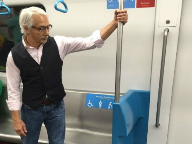 [FOTO] Ce a facut acest batran cand i s-a oferit un loc pe scaun la metrou