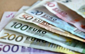 Euro urca la 4,4757 lei, maximul ultimei luni, iar dolarul scade la 3,9559 lei