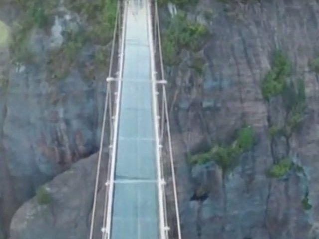 [Video] Demn de Cartea Recodurilor! Cel mai lung pod de sticla din lume, inaugurat in China