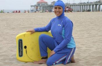 Nisa: Politistii le obliga pe femeile musulmane sa se dezbrace de costumul de baie burkini pe plajele rivierei franceze