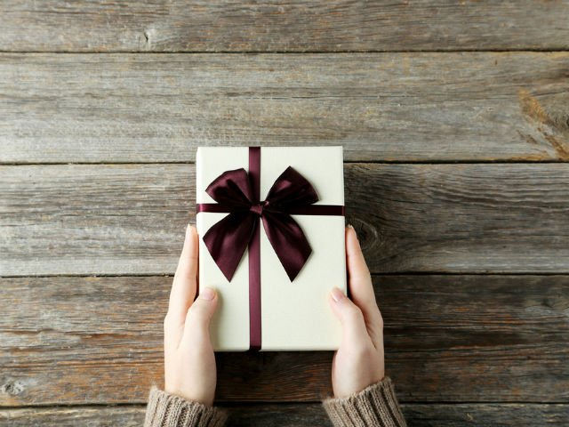 Au asteptat 9 ani pentru a deschide un cadou primit la nunta. Uite de ce