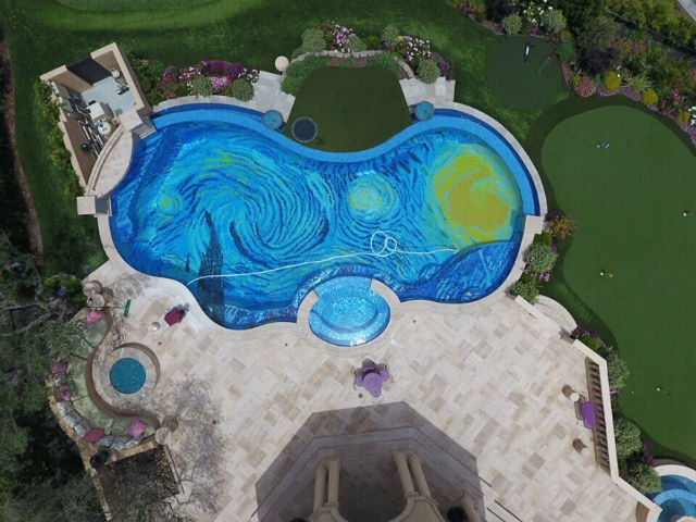 [FOTO] Arata ca o piscina obisnuita. Dar, cand o vezi de sus. Nemaipomenit!