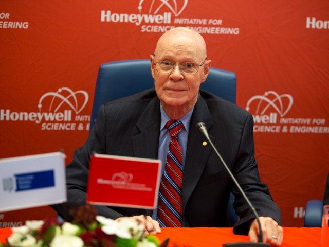 Laureatul Nobel care a consacrat teoria Big Bang vine in Romania