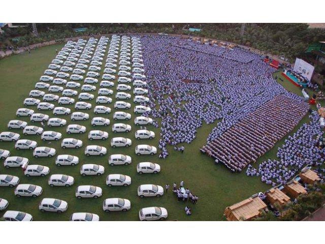 India: Un patron da bonus angajatilor 1.260 de masini, 400 de apartamente si bijuterii