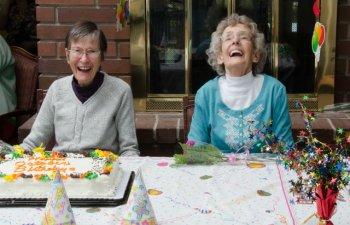 [VIDEO] Secretul unei vieti lungi, dezvaluit de doua surori gemene de 100 de ani
