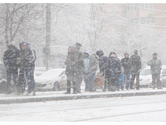 Cod galben de vant, vijelii si ninsoare in nord-est, Muntenia, Oltenia si centrul tarii, pana marti dimineata