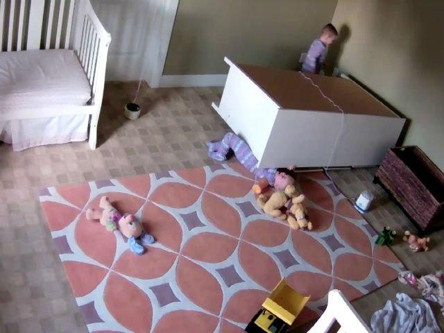 [VIDEO] Un copil de doi ani si-a salvat fratele geaman de sub un dulap care picase pe el