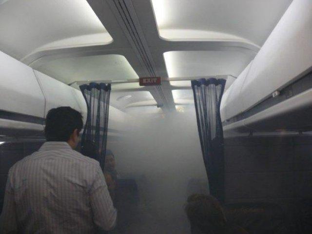 Unii oameni n-ar trebui sa zboare... Cele mai ciudate 10 lucruri vazute in avion