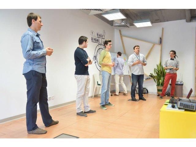2000 de liceeni pasionati de IT din Romania construiesc aplicatii mobile sau alte proiecte tehnice prin programul Opening Opportunities