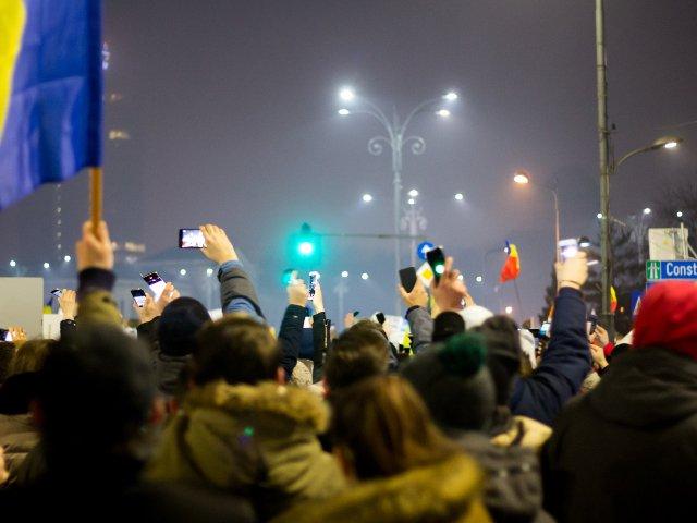 A 7-a zi de proteste. 25.000 de oameni cer demisia Guvernului, in Bucuresti. Alte cateva mii protesteaza in tara