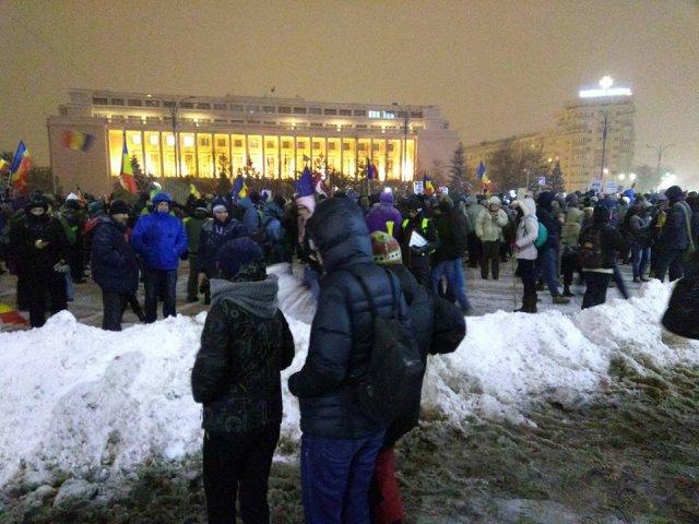 A noua zi de proteste. Aproape 7000 de oameni in piata Victoriei, alte cateva sute in orasele din tara