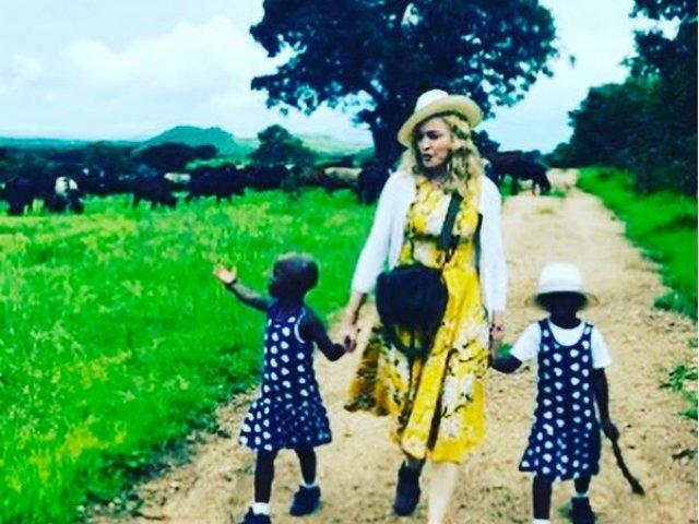 Madonna a confirmat adoptia unor gemene din Malawi si a publicat o fotografie a acestora