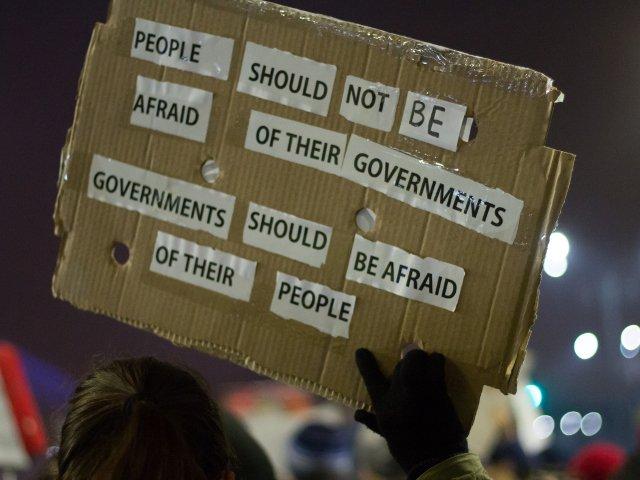A X-a zi de proteste. In Piata Victoriei s-au adunat aproape 3000 de persoane. Si la Cotroceni se protesteaza