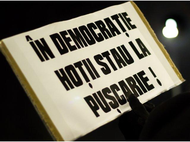 A 11-a seara de proteste in Piata Victoriei. Oamenii incep sa se stranga in fata Guvernului