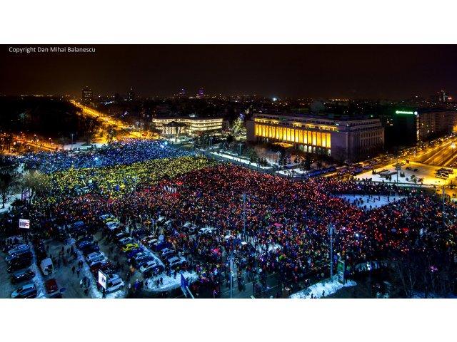 """Multimea din Piata Victoriei, unde sunt zeci de mii de oameni, a format un """"tricolor uman"""""""