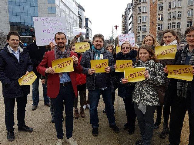 Un grup de romani a protestat la Bruxelles in timpul vizitei premierului Grindeanu VIDEO
