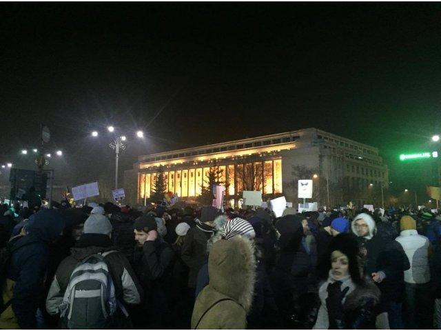 A 18-a zi de proteste: Peste 700 de persoane au manifestat vineri seara in Piata Victoriei