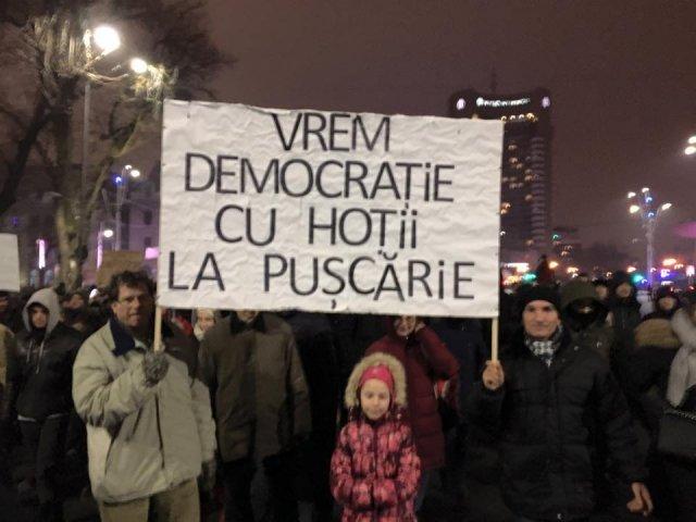 Noi proteste anuntate pentru weekend in Bucuresti si in tara. In Piata Victoriei se afla aproximativ 500 de parinti si copii