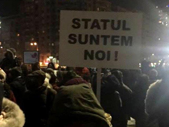 A 20-a zi de manifestatii in Piata Victoriei. Peste 2.000 de oameni au protestat in ploaie
