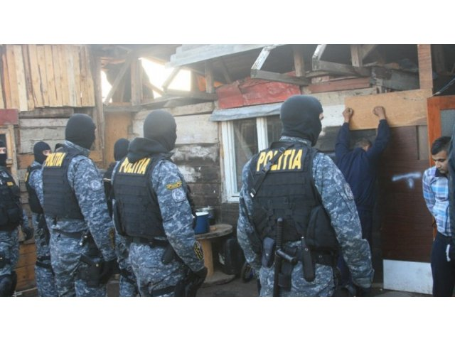 Aproape 2,5 kilograme de droguri, confiscate de politisti de la traficanti din mai multe grupari
