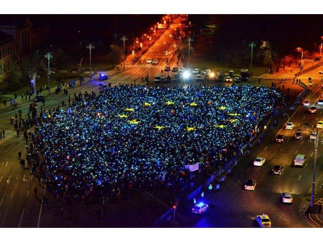 VIDEO. Peste 3.000 de protestatari au realizat in Piata Victoriei steagul UE si au intonat imnul national