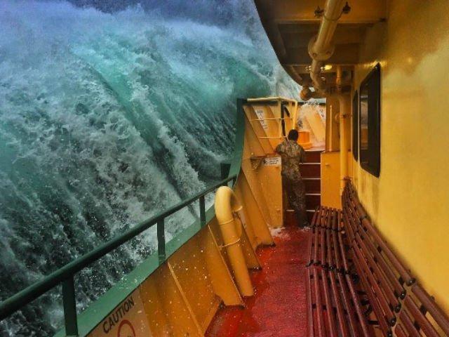 [FOTO] Imagini incredibile. Momentul in care un val urias pare sa inghita un feribot