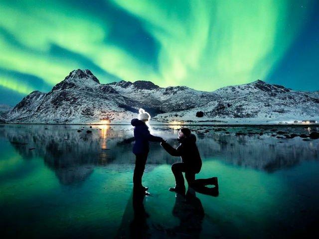 [FOTO] Si-a cerut iubita in casatorie in timpul aurorei boreale. Imaginile sunt de vis