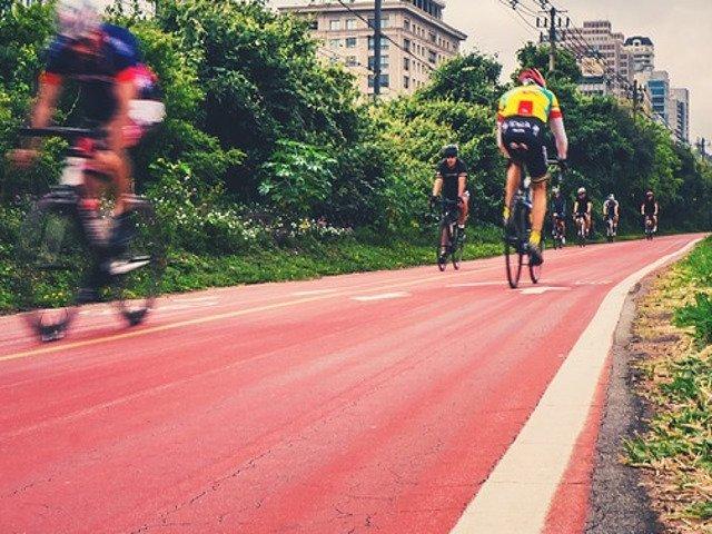 [Video] Cursa de ciclism, anulata dupa ce vantul de 100km/h a aruncat sportivii de pe biciclete