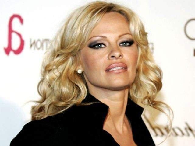 Pamela Anderson, dezvaluiri despre relatia cu Julian Assange