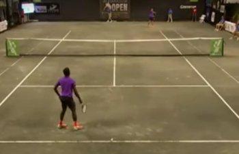 """Un meci de tenis a fost intrerupt de mai multe ori din cauza unei """"partide"""" galagioase de sex"""