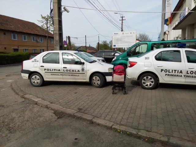 Timisorean amendat cu 900 de lei, dupa ce a postat pe Facebook o poza cu doua masini ale Politiei parcate ilegal