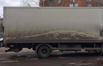 Artisti nevazuti! Opere de arta lasate pe masinile pline de praf