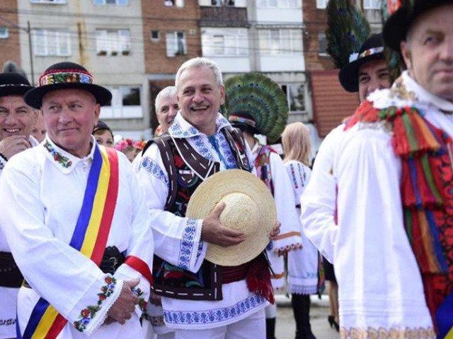[Video] Cel mai mare numar de oameni imbracati in port traditional si cel mai mare dans popular sincron din Romania, acreditate de Guinness World Records