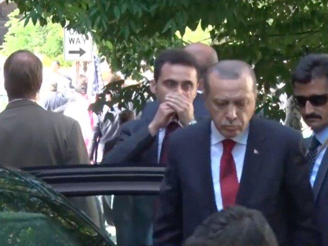 Erdogan a privit din masina cum garzile sale de corp ii bateau pe protestatari / VIDEO