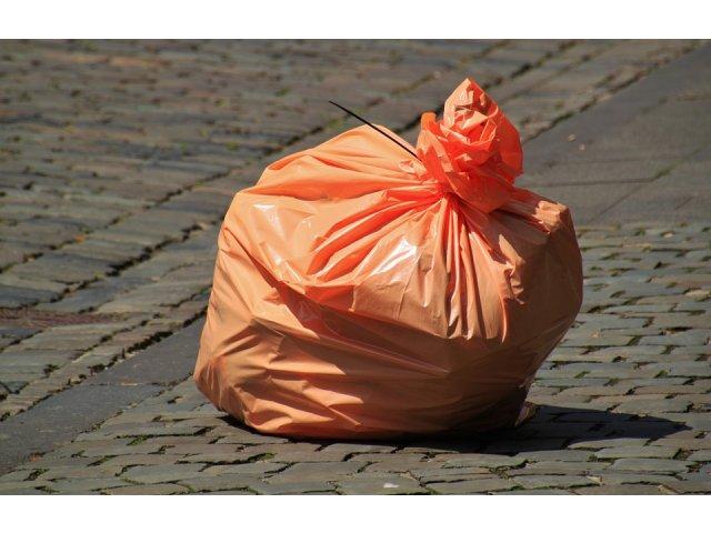 Vaslui: Un primar le trimite prin posta pungile cu gunoi celor care le arunca la intamplare pe camp