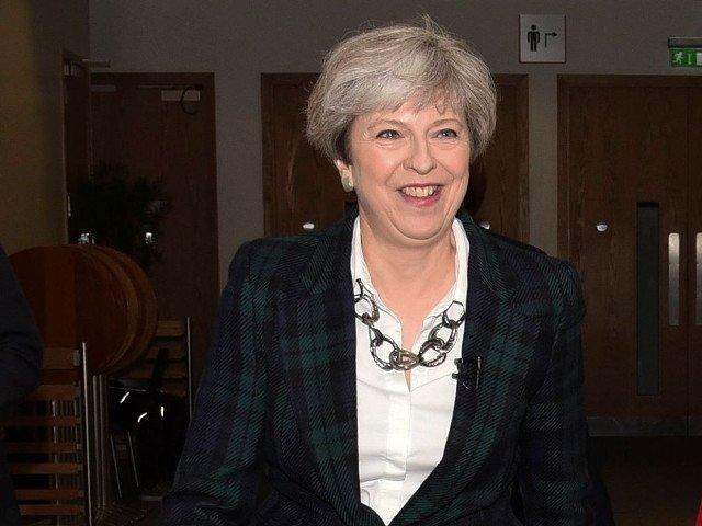 Theresa May, criticata pentru incendiul devastator din Londra