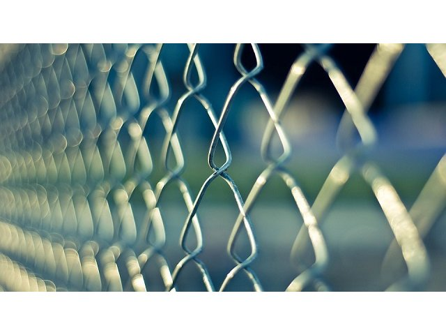 Oradea: 32 de irakieni, solicitanti de azil in Romania, ascunsi intr-un TIR cu mobila