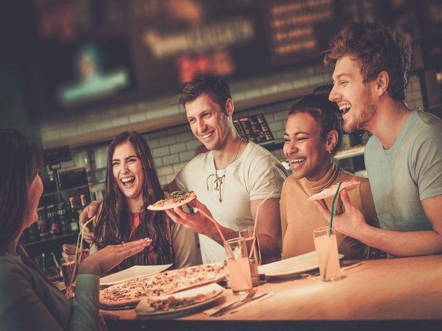 7 trucuri psihologice folosite de restaurante ca sa te faca sa comanzi mai mult