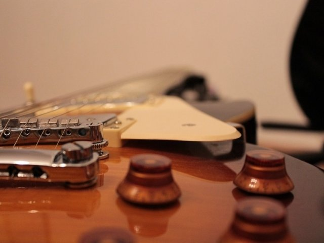 O femeie insarcinata a furat chitare de 6.000 de euro, ascunzandu-le sub fusta. Cum a fost prinsa