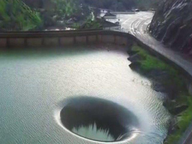[VIDEO] A zburat cu o drona intr-o gaura imensa din mijocul unui lac. Ce a vazut