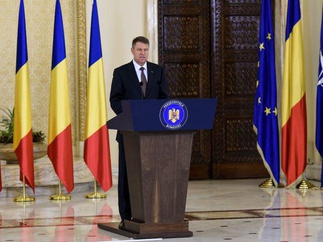 Klaus Iohannis l-a decorat pe comandantul armatei SUA in Europa