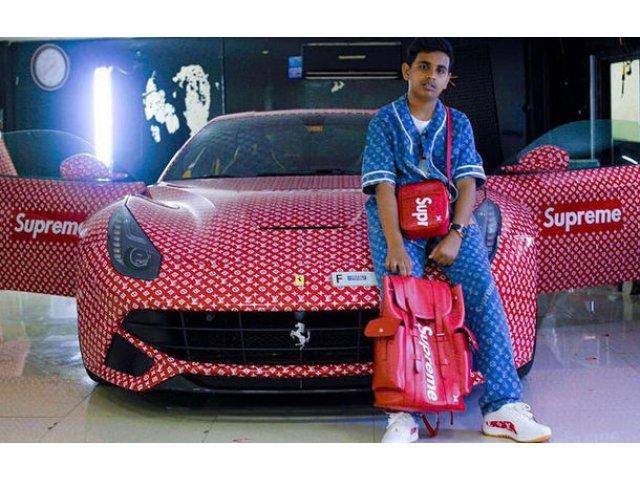 """Tu ce cadou primeai la 15 ani? Un pusti din Dubai a primit un Ferrari F12 Berlinetta, pe care l-a """"imbracat"""" in logo-ul Louis Vuitton"""