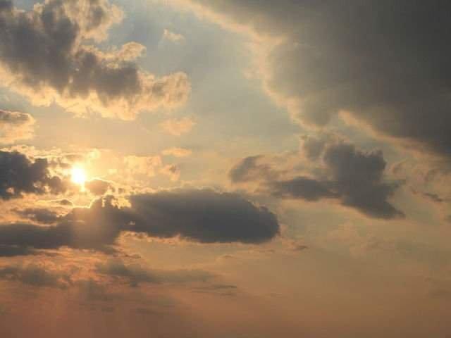 Canicula in Bucuresti si in sud-est. In vestul tarii vremea se raceste si vor fi ploi si vijelii