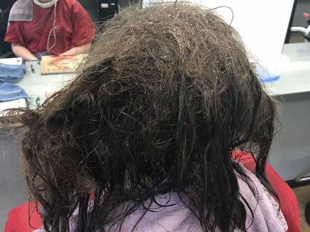 [FOTO] O coafeza a petrecut 13 ore pentru a descurca parul unei tinere care suferea de depresie