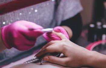 7 trucuri ingenioase: cum iti poti sterge unghiile daca ai ramas fara acetona