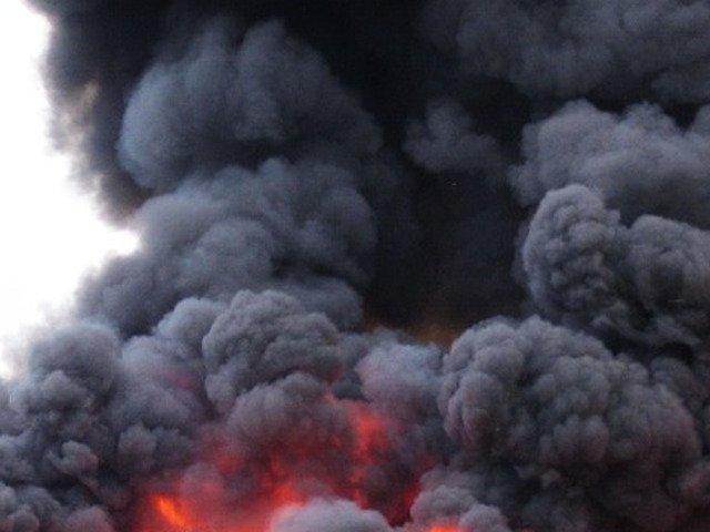 Incendiul de la fabrica de vopseluri din Orastie, nestins inca dupa 12 ore